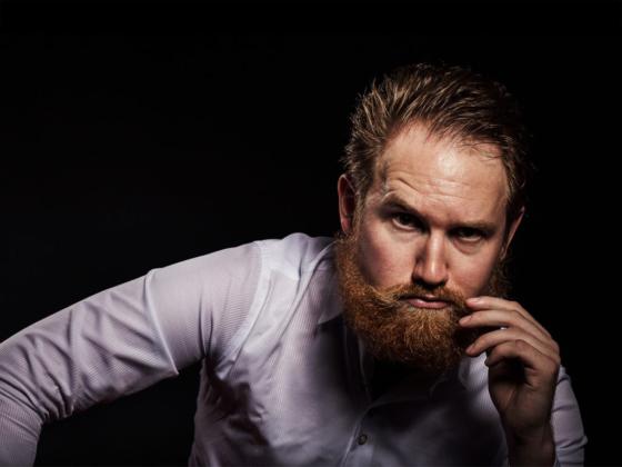 male Modell Mann Portrait Bart rothaarig redhead maskulin Studiofotografie