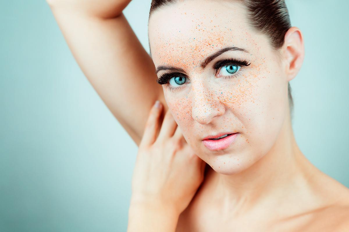 Portrait Studiofotografie kunstvoll Makeup Fineart blaue Augen Sprenkel prickles