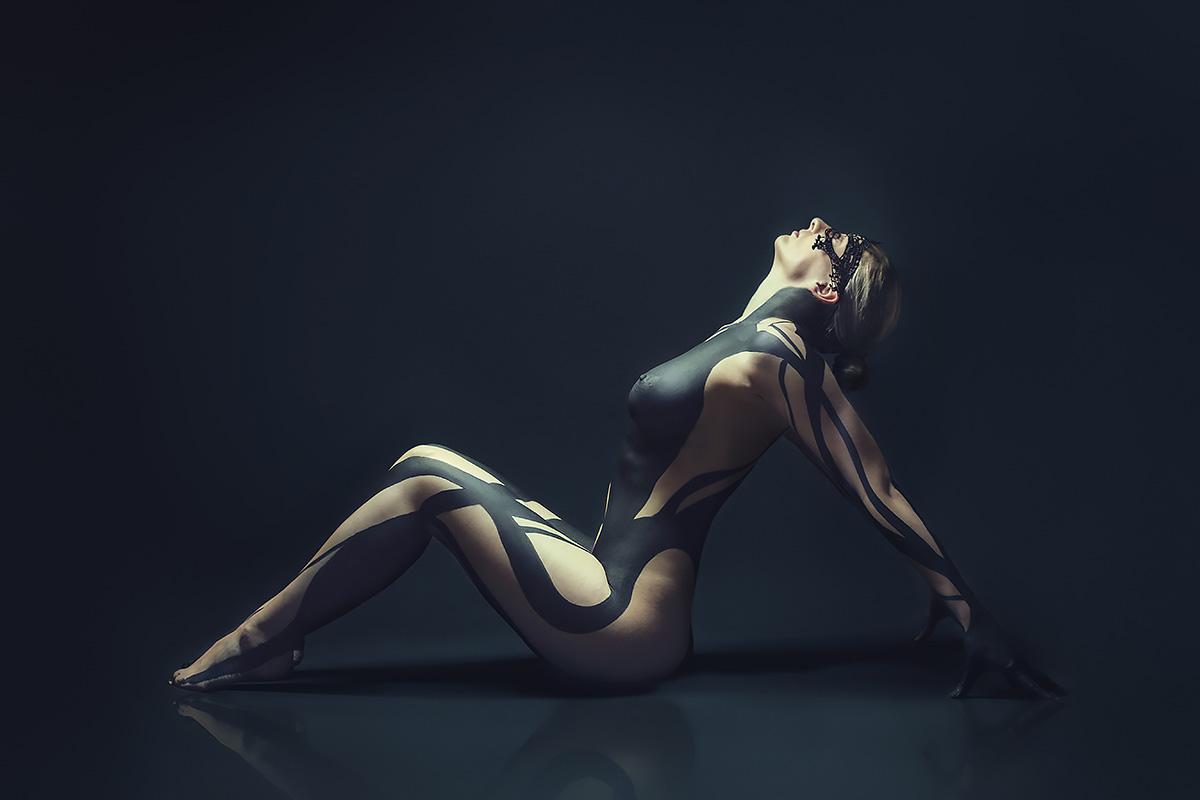 Fineart Bodypainting Akt Aktofotografie nackt Körperbemalung Brüste Maske Kunst Fotografie