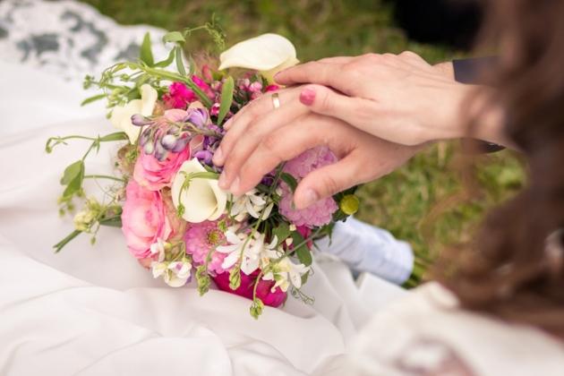Hochzeitsfotografie Brautstrauß Blumen Hände Paar Braut Bräutigam Eheringe