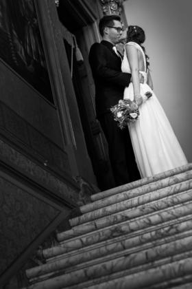 Hochzeitsfotografie Paarshooting Hochzeit schwarzweiß Treppe Kuss Brautstrauß