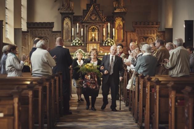 Hochzeitsfotografie Eiserne Hochzeit Oma Opa verheiratet Applaus Kirche