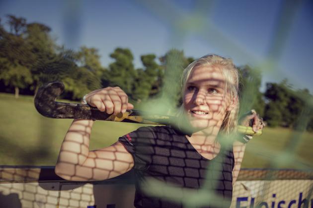 Sportlerportrait Sport Hockey Portrait Fotografie Schläger weinlich fokussiert