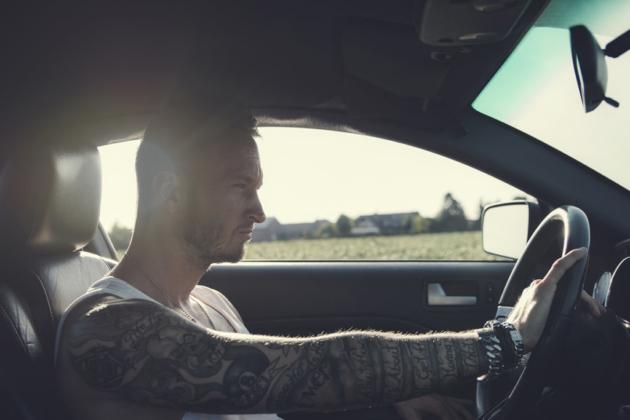 Portrait Auto Mustang männlich Tattoos Konzentration Fotografie