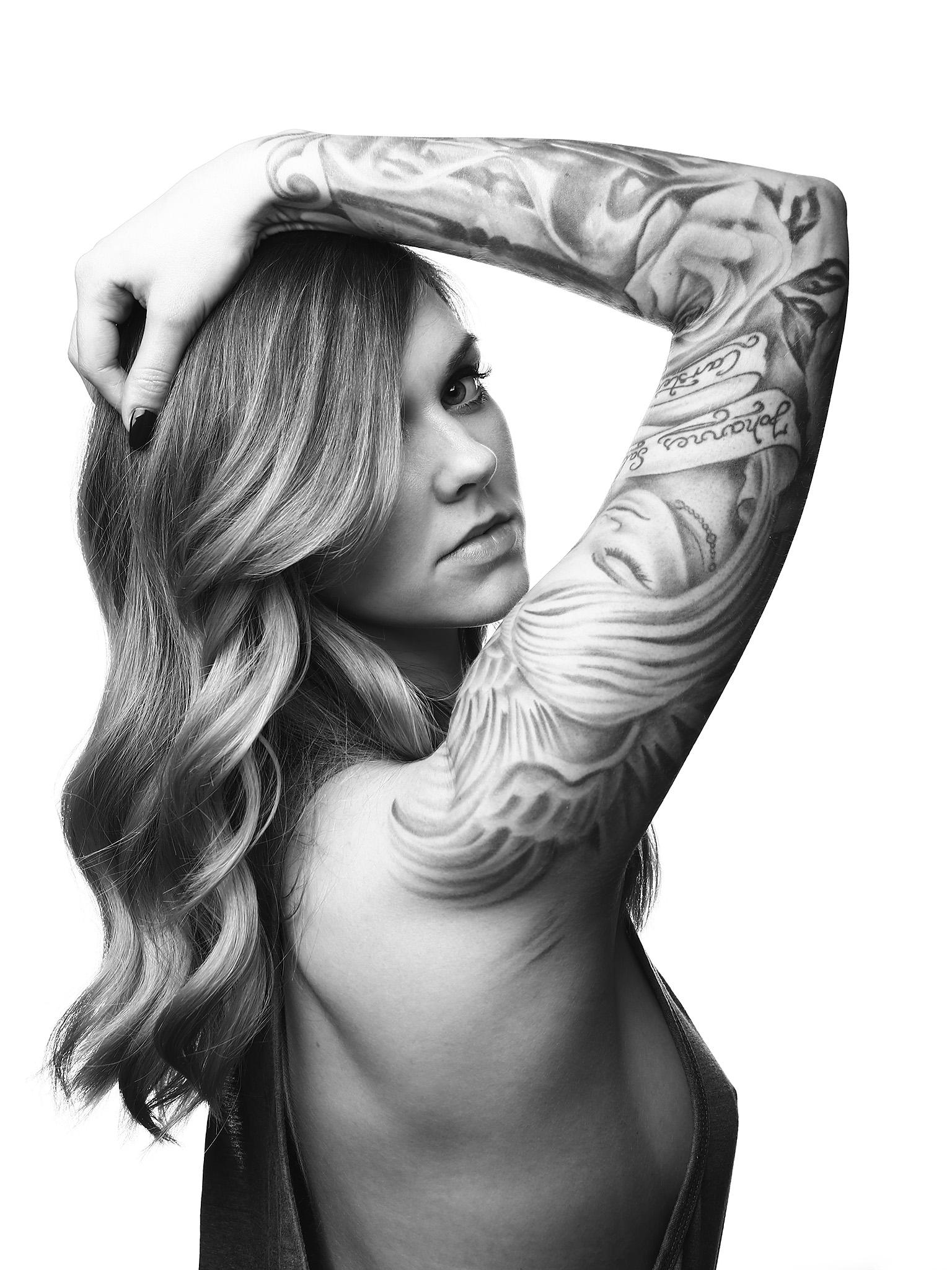 Mädchen Portrait Tattoos nobra sideboob obenohne Haare Frisur Ausstrahlung Fotografie Studio