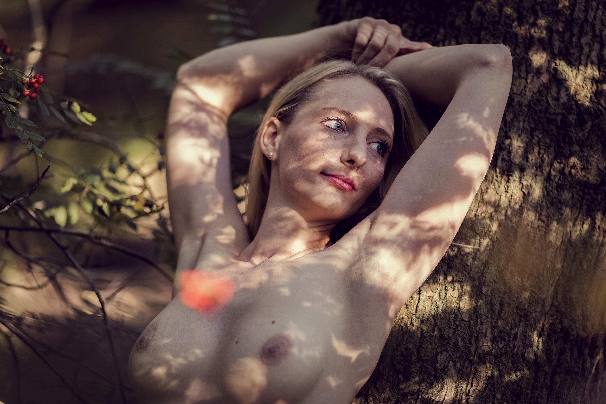 Stimmungsvoll Aktfotografie Outdoor Akt nackt Busen Brust Baum erotisch sinnlich