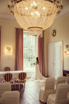Hochzeitsfotografie Brautkleid Kronleuchter Schloss Hertefeld Trauung Ambiente