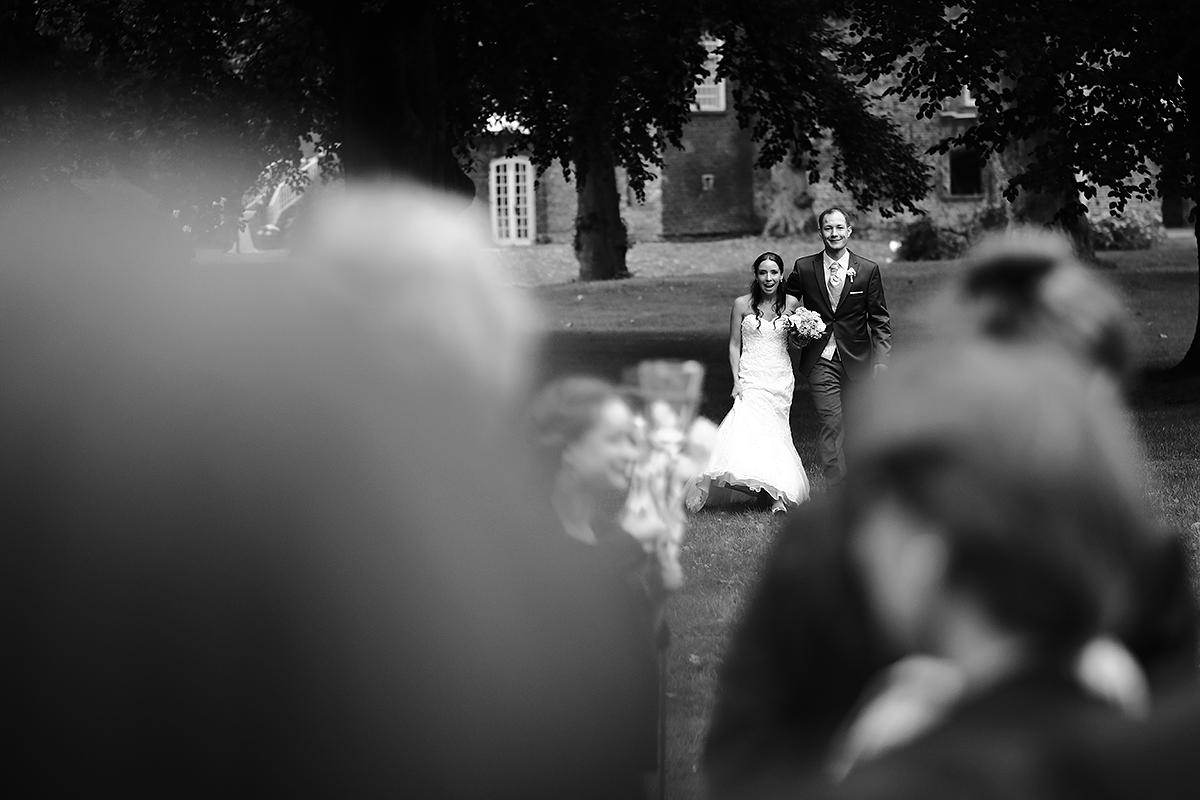 Hochzeitsfotografie Brautpaar schwarzweiß Spaß lachen Liebe
