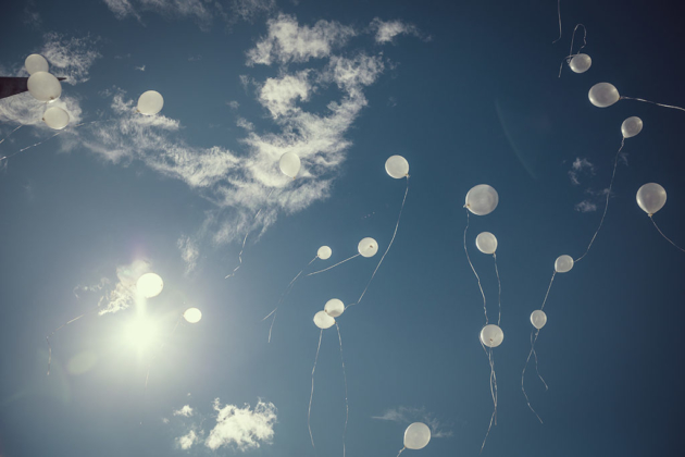Hochzeitsfotografie Luftballons Sommer Eventfotografie Gegenlicht Sonne weiß blau