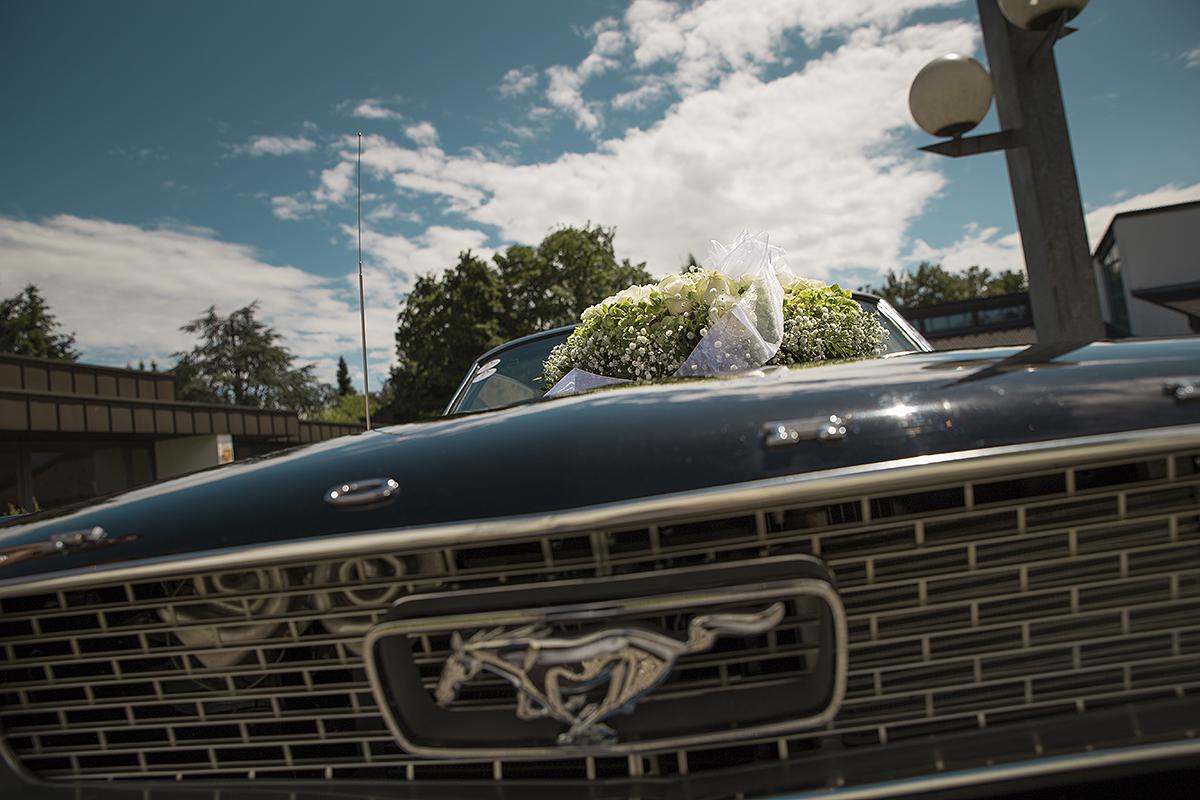 Hochzeitsfotografie Brautauto Mustang Sommer Blumengesteck Ford