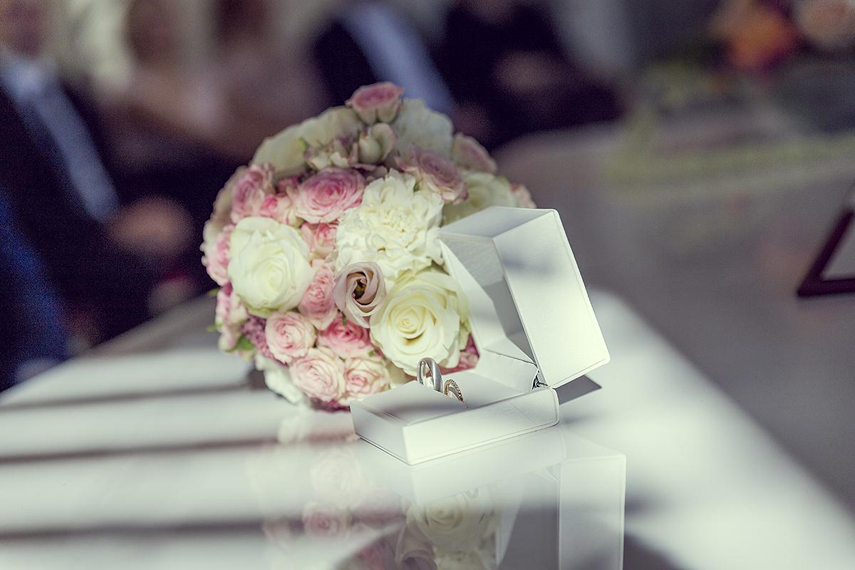 Hochzeitsfotografie Blumenstrauß Brautstrauß Eheringe Ringe Trauung weiß rosa