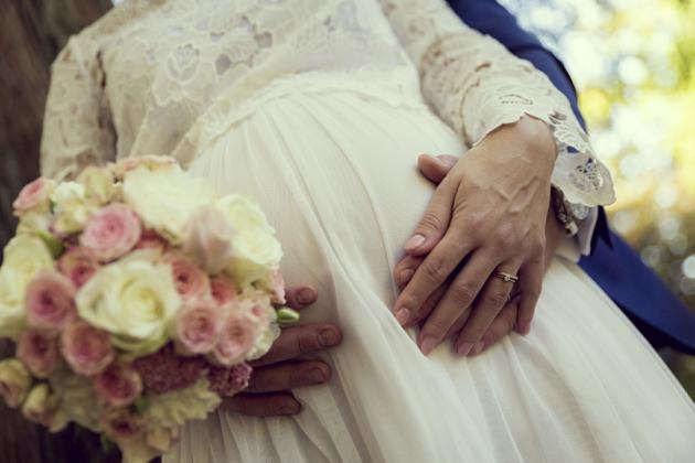Hochzeitsfotografie Babybauch Blumenstrauß Ringe Liebe Kleid