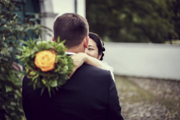 Hochzeitsfotografie Blumenstrauß Blickkontakt Augenblick Liebe