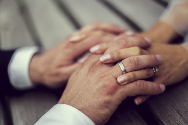 Ringe händchen halten Hochzeitsfotografie