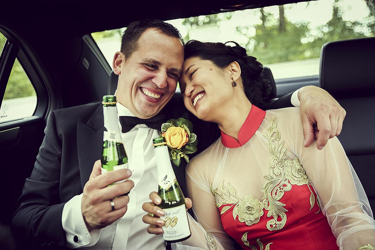 Hochzeitsfotografie Pärchen Sekt Anstoßen lachen Stimmungsvoll