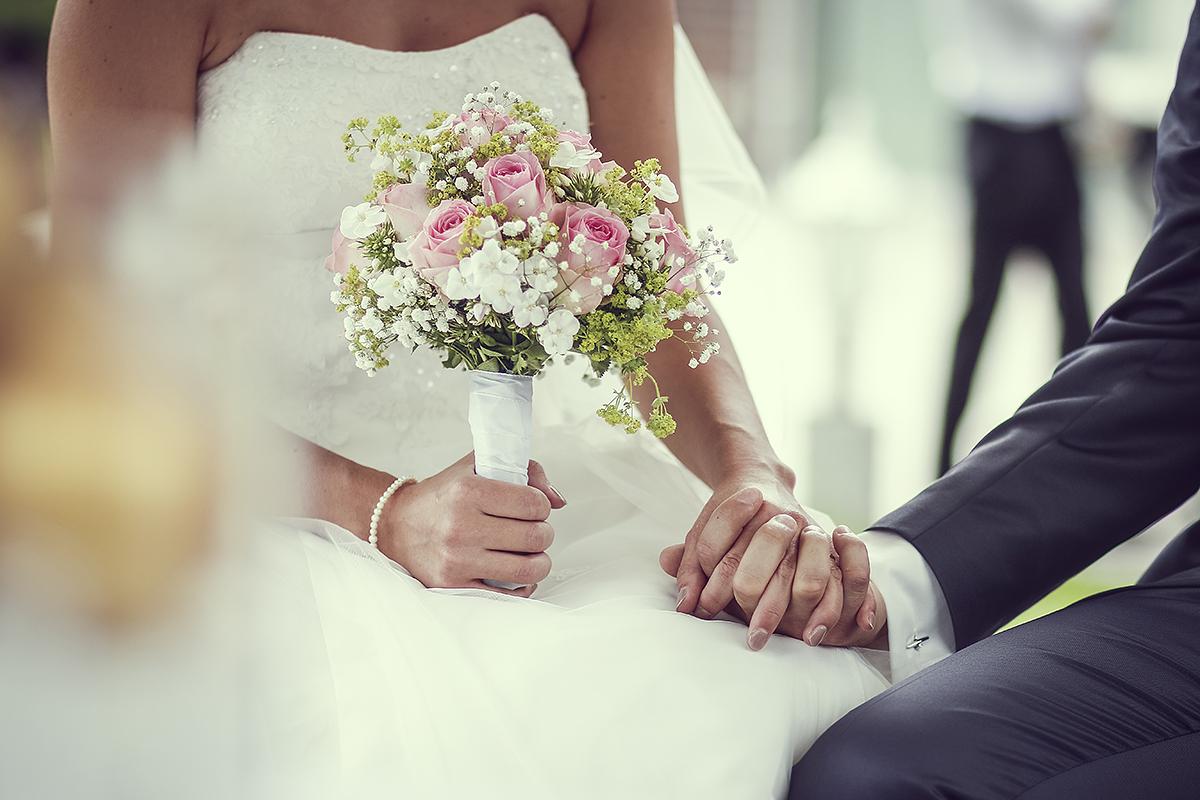 Händchen halten Hochzeit Fotografie Hochzeitsfotografie Blumenstrauß Gesteck Trauung