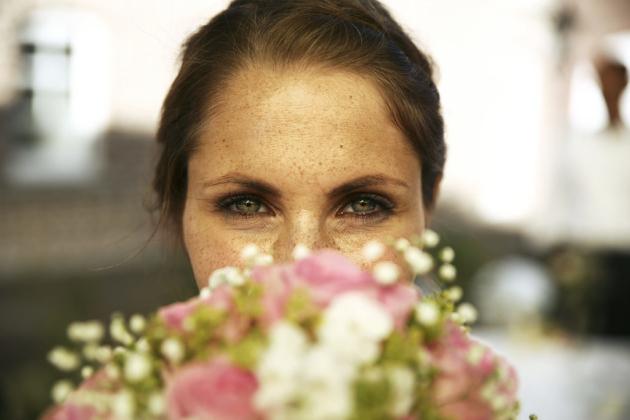Hochzeitsfotografie Portrait Blumen Strauß Augen Blick Liebe