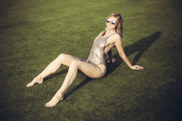Outdoor Portrait Fotografie weiblich sexy nobra kein BH Brüste sideboobs Nippel Body Badeanzug Galmour