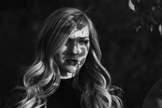 Schattenspiel Portrait Fotografie Mädchen stimmungsvoll