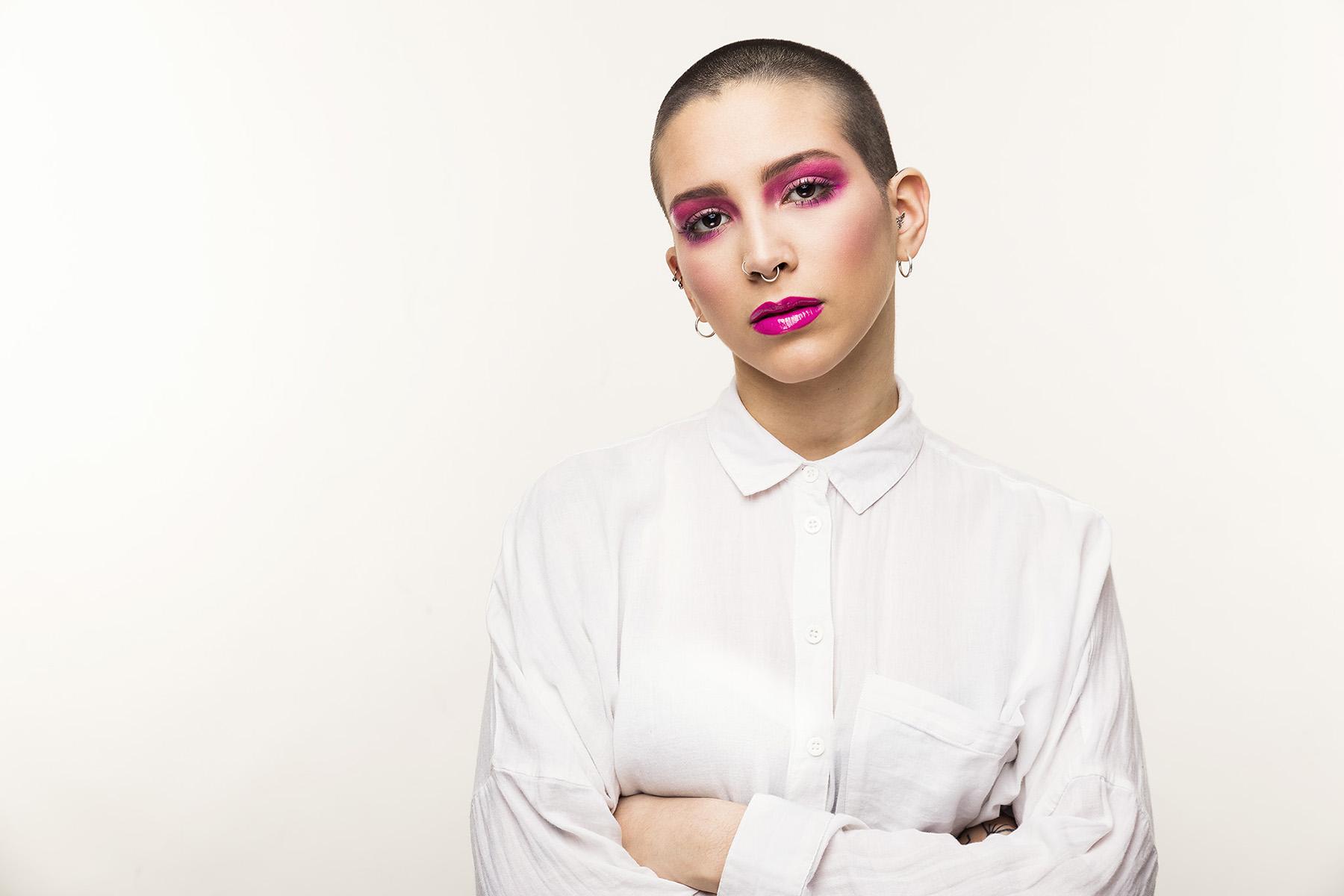 starkes Makeup pink Lippenstift Portrait Studiofotografie weiße Bluse