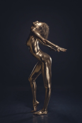 Bodypainting gold vergoldet ästhetisch posing stark Statue Fineart Studiofotografie Metall