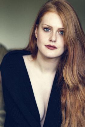 naürliches Portrait Fotografie rote Haare rothaarig Lippen Augen hübsch sinnlich sexy nobra Brustansatz