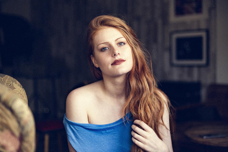 natürliches Fensterlicht Portrait rothaarig Beauty