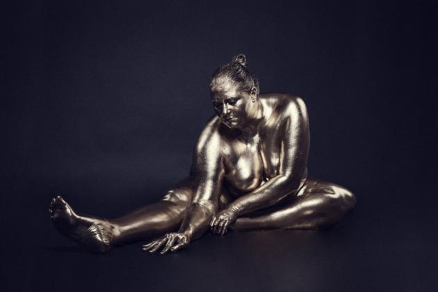 curvy plussize model vergoldet gold bodypainting