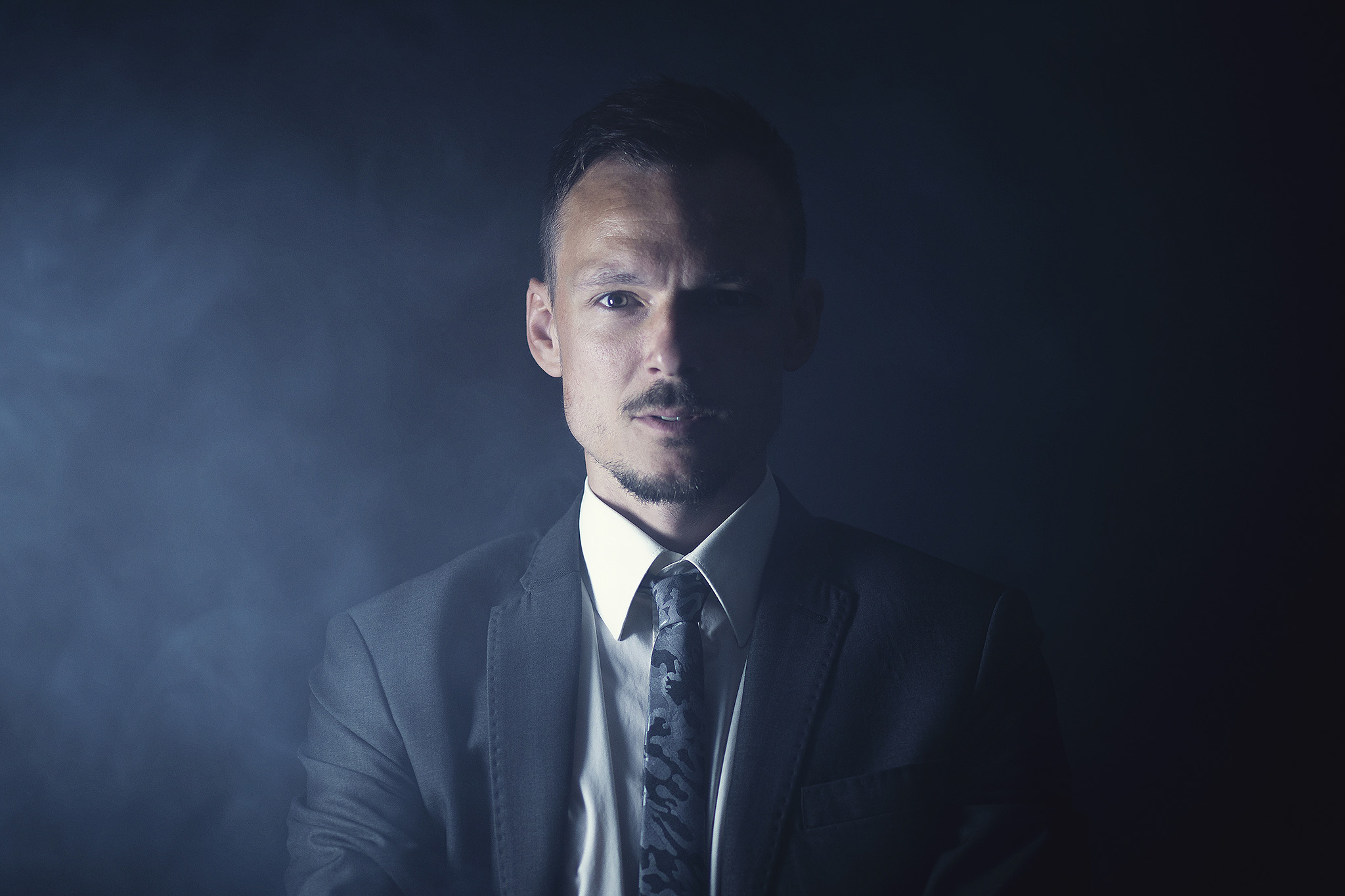Business Portrait Nebel Anzug seriös Krawatte Belichtung Studiofotografie Fotografie