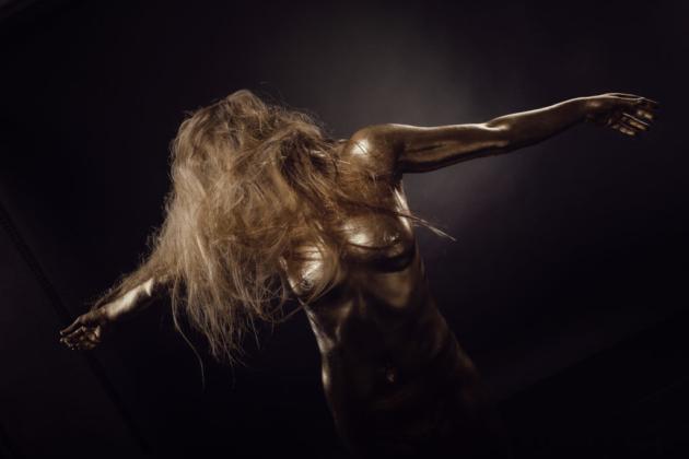 Bodypainting gold vergoldet ästhetisch posing stark Statue Fineart Studiofotografie Metall nackt Akt Fotografie