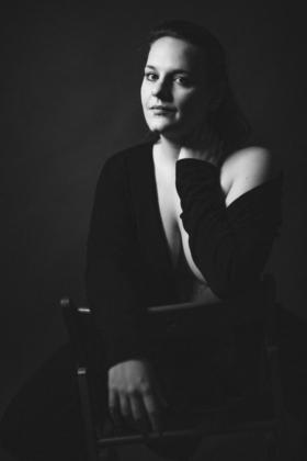 intimes natürliches Portrait schwarzweiß Blickkontakt Ausstrahlung Fotografie nobra erotisch Brust Stuhl sitzend